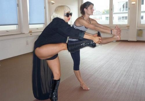 gaga haciendo yoga