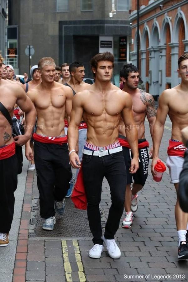 hombres con cuerpo trabajado