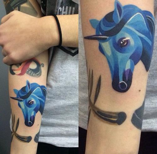 unicornio azul tatuaje