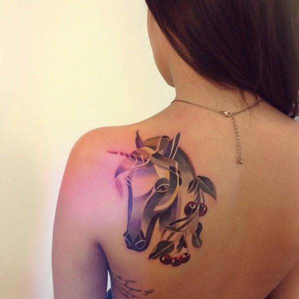 unicornio tatuaje espalda