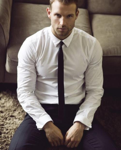 e41b73fa733 Las corbatas delgadas dan un aspecto elegante y fresco a todos los hombres  que visten de camisa. Siempre lucirán más con un traje y camisa que se  ajusten ...