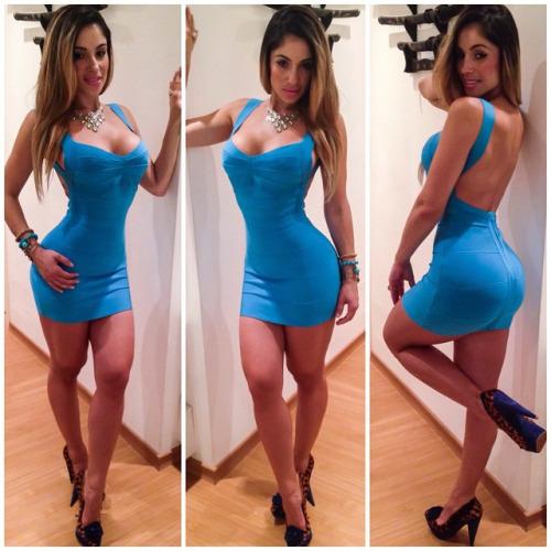 Mujeres con vestidos muy entallados