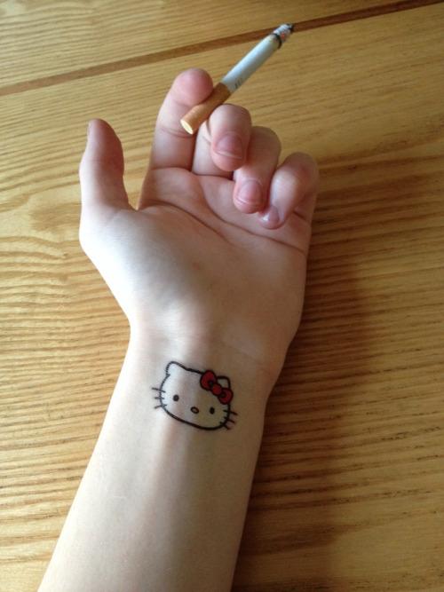 hello kitty tatuaje muneca