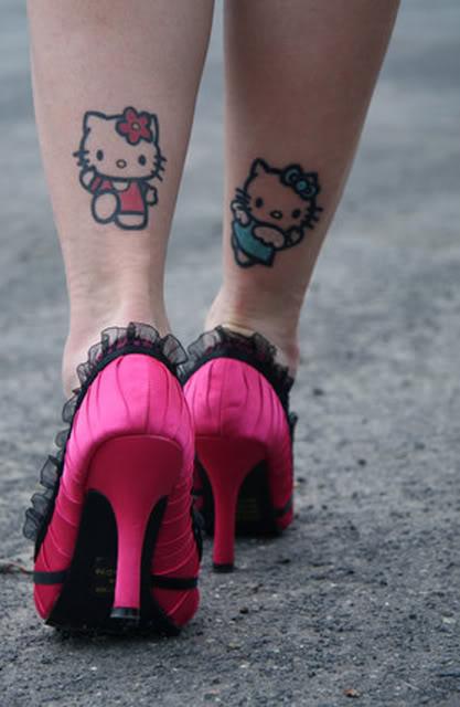 hello kitty tatuaje piernas