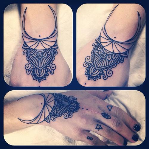 mandala tatuaje mano