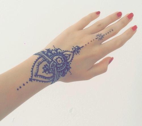 23 tatuajes para la mano que te puedes hacer con henna for Henna para manos