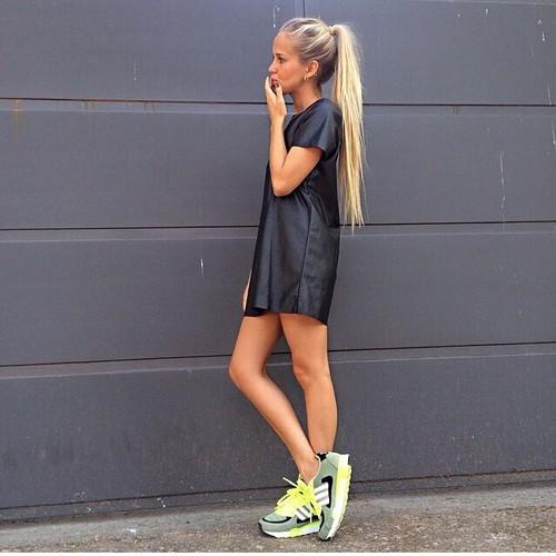 sneakers con vestido