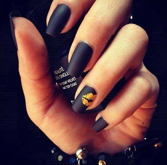 beso uñas