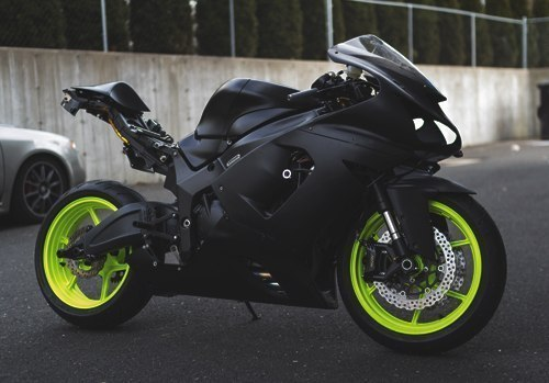 motocicleta negra