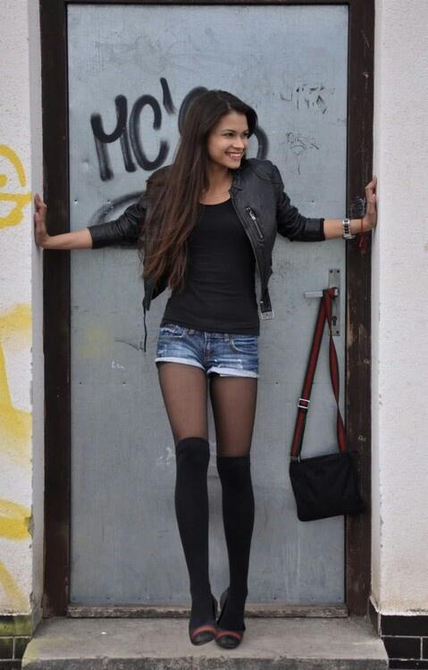 246cfb0b4 Ideas para combinar tus calcetas a la rodilla con faldas o shorts ...