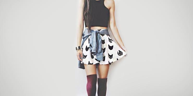 1d769c280141 Ideas para combinar tus calcetas a la rodilla con faldas o shorts pequeños
