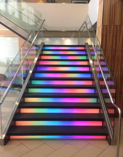 neon escaleras