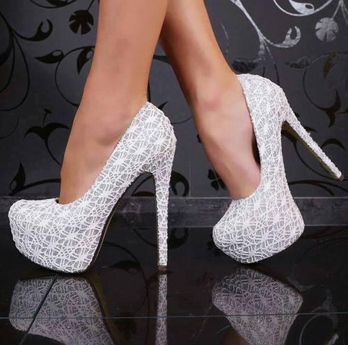 zapatos altos blancos