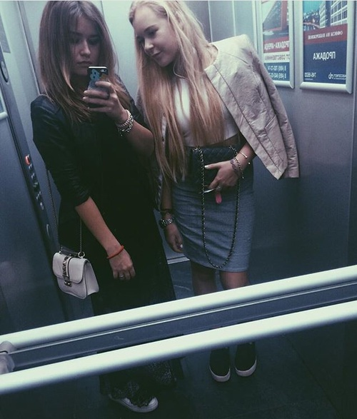 con la amiga