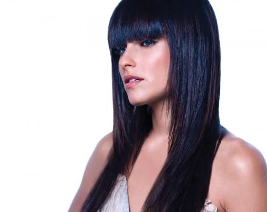 Color de cabello negro azulado en morenas