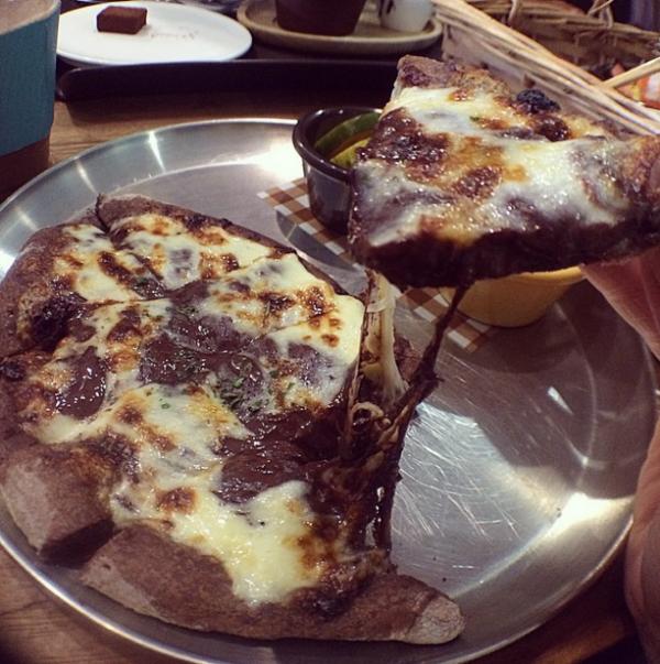pizza de queso y chocolate