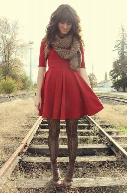 Vestido negro con sueter rojo