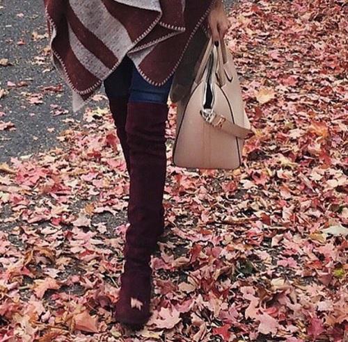 Vestido vino con botas largas