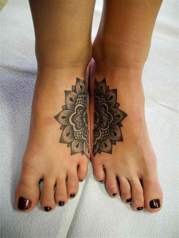 flor pie tatuaje mujer