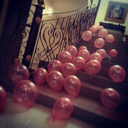 globos en las escaleras
