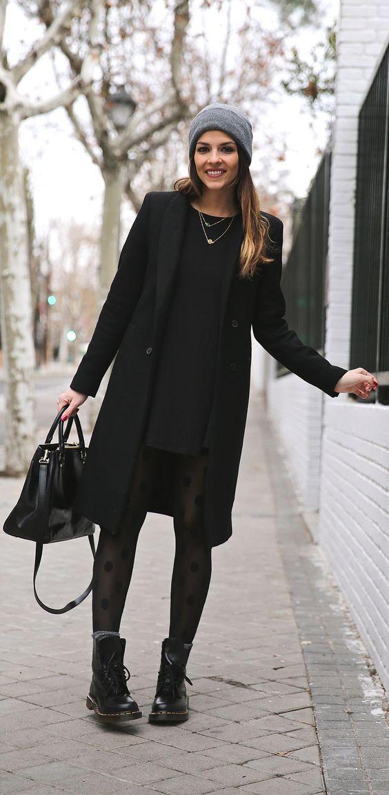 Vestido vino con botas negras