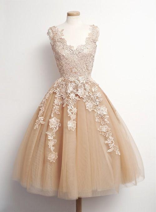 567c02fe90 Puedes usar mangas pues tu vestido será corto. Así no parecerás recién  llegada de la época victoriana.