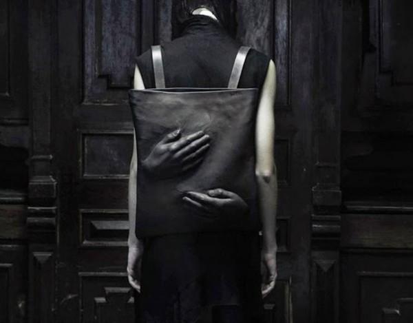 manos mochila negra