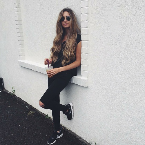 sneakers negros cabello suelto