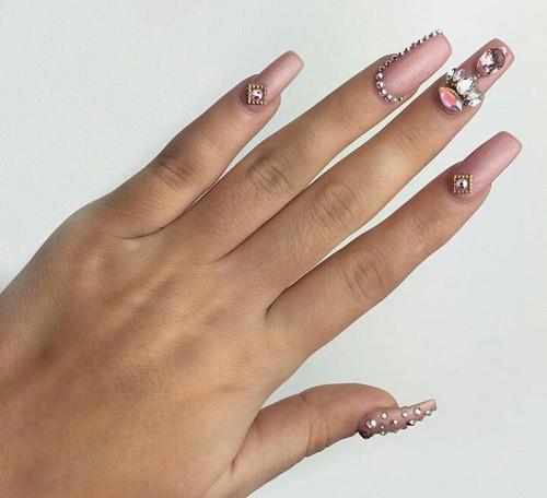 f260ff7fb Diseños de uñas que quedarán con cualquier vestido de graduación