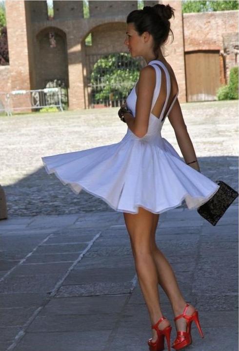 Con vestido blanco que zapatos me pongo