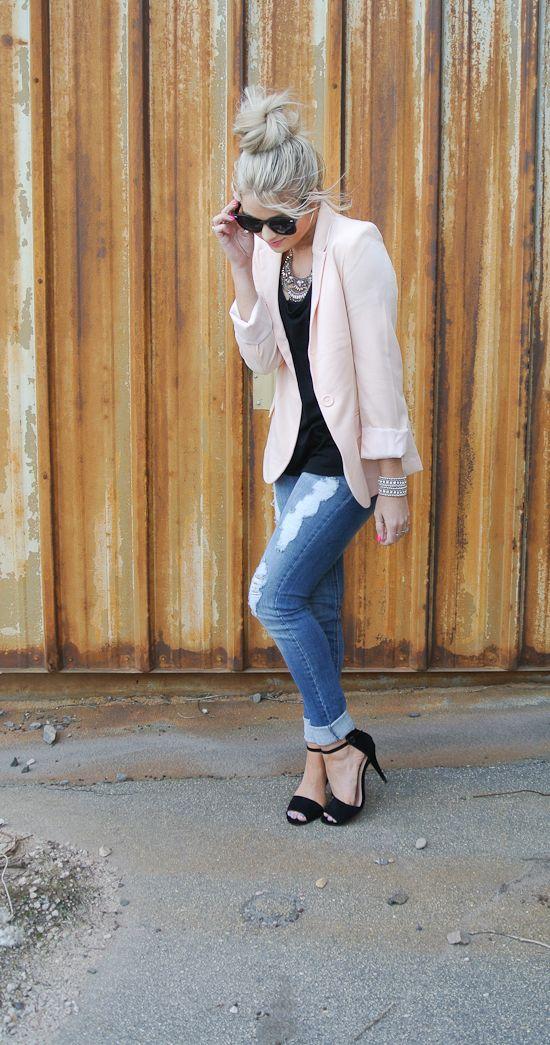blazer rosa con pantalones de mezclilla