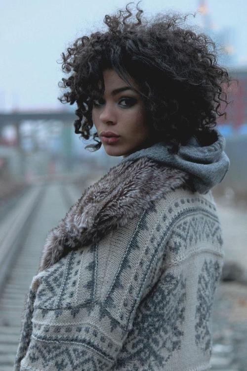 cabello chino mujeres