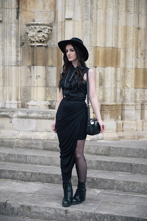 Vestido negro y mallas negras