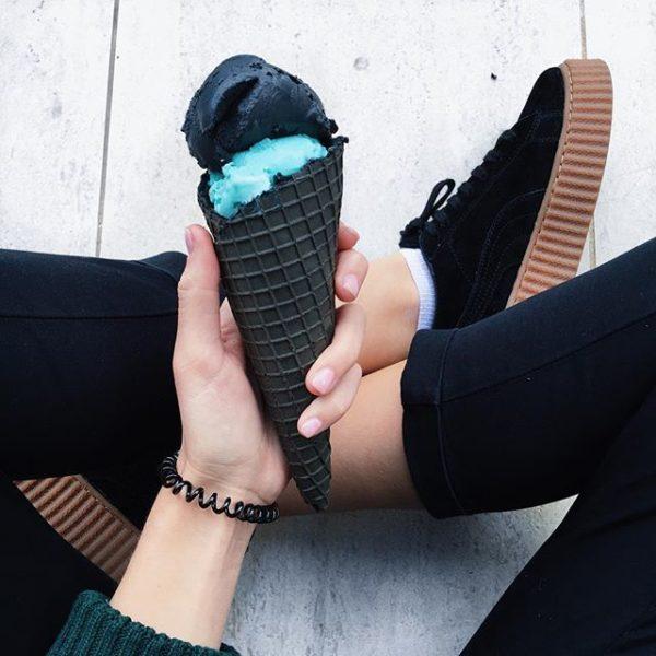 helado negro azul