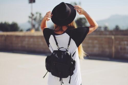 sombrero y mochila