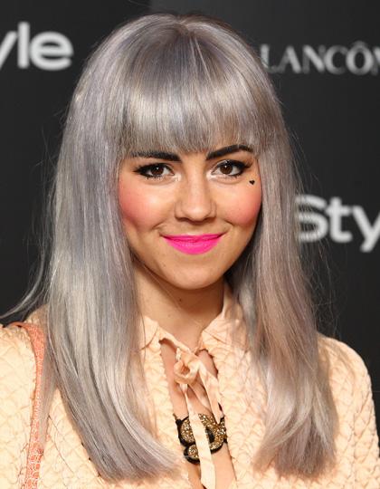 cabello gris labios