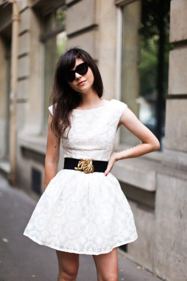cinturon con vestido blanco