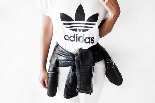Outfits su00faper chic que puedes hacer con una playera Adidas