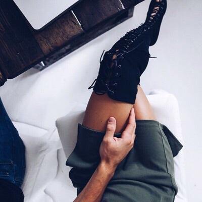 falda corta y botas