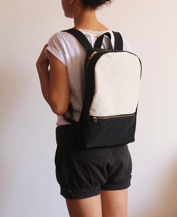 mochila minimalista con blanco