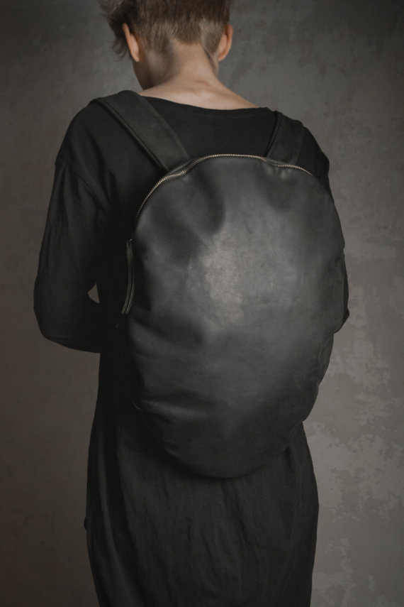 mochila negra caparacion