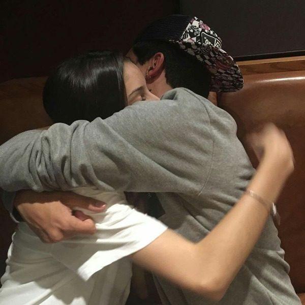 abrazo novios