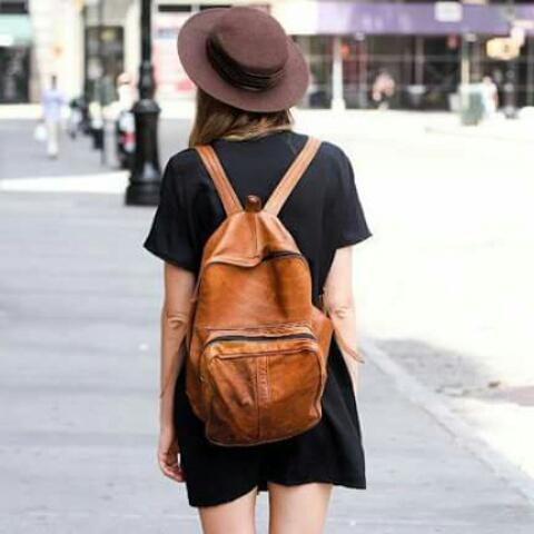 mochila y vestido