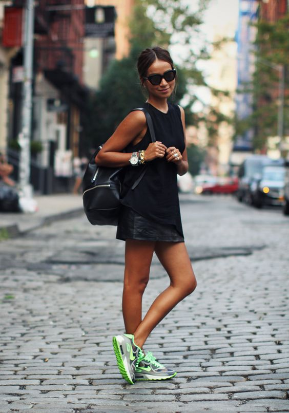 outfits con sneakers neon