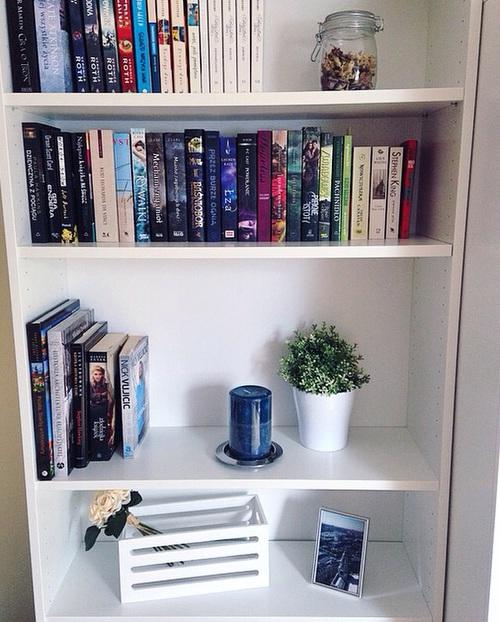 16 ideas para decorar una habitaci n blanca for Ganchos para repisas
