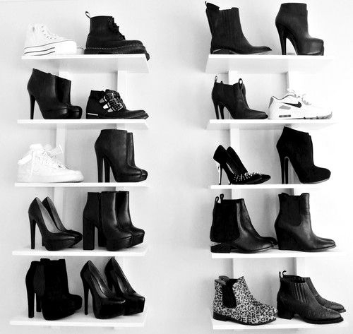 zapatos negros repisa