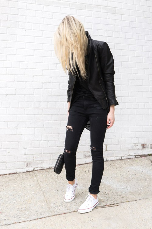 all-black-con-tenis-blancos-look
