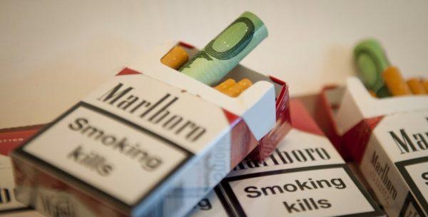 Berlin/ Mit beschlagnahmten Euroscheinen befuellte Zigarettenschachteln liegen am Freitag (16.03.12) in Berlin bei der Vorstellung der Jahresbilanz des Zolls auf einem Tisch. Der deutsche Zoll stellte am Freitag seine Jahresbilanz vor. (zu dapd-Text) Foto: Timur Emek/dapd