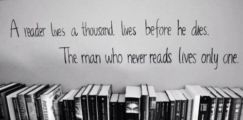 repisa-con-libros-y-frase