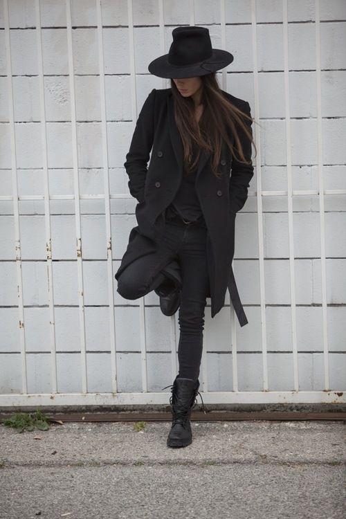 outfit-negro-con-abrigo